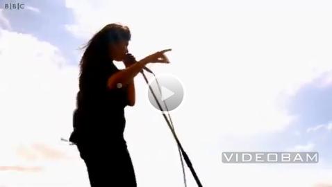 The Kills live @ Glastonbury Festival 2011 (Screenshot: somekindofawesome.com)