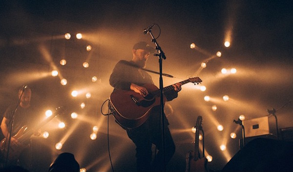Fink zwar ohne Orchester aber bei seinem letzten Amsterdam-Besuch im November 2014 (Foto: flickr / Przemek Siemion / CC-BY-NC-SA)